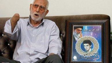 تصویر علیرضا دستباز، جانباز ۷۰ درصد که در حادثه ترور توسط منافقین در سال ۶۰ دستهایش را از دست داده بود، به دیار باقی شتافت