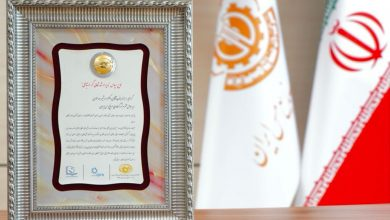 تصویر اعطای لوح و نشان ویژه «مدیر ارشد ارتباط گستر» به مدیرعامل شرکت ملی صنایع مس ایران