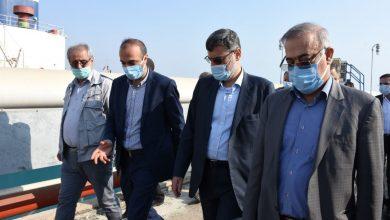 تصویر نایب رئیس مجلس شورای اسلامی در بازدید از اسکله نفتی بندرعباس: حجم عظیم صادرات فرآورده نفتی برای کشور موجب افتخار و اقتدار است