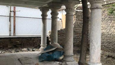تصویر دیوار محل دفن صوراسرافیل و ملکالمتکلمین خراب شده و بزودی پارکینگ بیمارستان لقمانالدوله میشود
