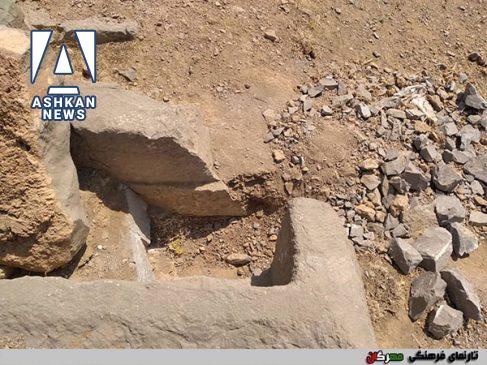 تاراجگران پس از شکستن گوردخمه، خرده سنگ های آنرا در پایین اثر ریخته اند