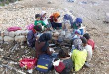 تصویر حکایت تحصیل دانشآموزان روستای پلم زنگو بر روی زمین سرد/کانکس خیرین در میانه راه صعبالعبور مانده، نیاز به بالگرد دارد