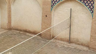 """تصویر در مسجد """"آقابزرگ"""" کاشان تور والیبال نصب شد!"""