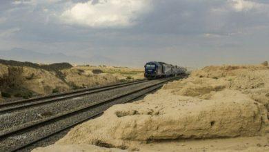 تصویر عبور قطار از محوطه باستانی تپهحصار دامغان، تهدیدی جدی برای امنیت و سلامت گردشگران!