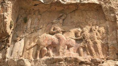 تصویر تعرض اَفراد ناشناس به سنگ نگارۀ ساسانی داراب